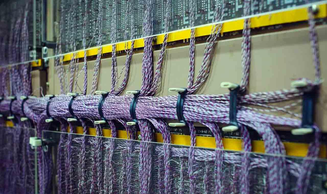 Большое расстояние между управляющим ядром и собственно самим управляемым оборудованием выливается во многие километры кабелей между ними и с усложнением систем растут риски, связанные с такой транспортной инфраструктурой
